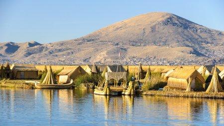 Photo pour Vue spectaculaire sur l'île d'Uros et les bateaux avec la réflexion sur le lac Titicaca, Pérou - image libre de droit