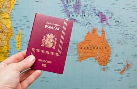Photo pour Photo d'un passeport prêt à voyager simule - image libre de droit