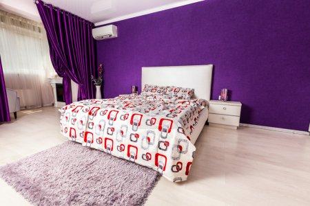 Photo pour Design intérieur de chambre moderne. Éclairage professionnel. Ma douce maison. Confortable - image libre de droit