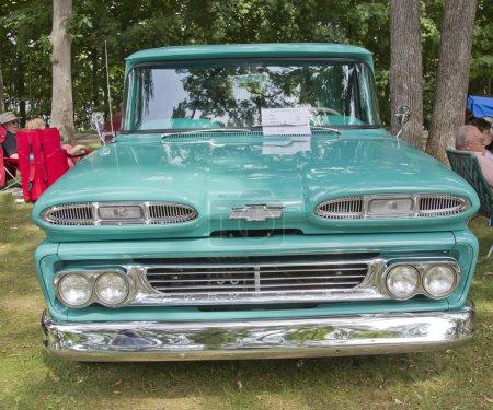 Photo pour Waupaca, wi - 25 août : avant de voiture de camion de bleue 1960 Chevrolet apache à la 10th annual waupaca tige & voiture classique de voir la voiture-bar sur 25 août 2012 à waupaca, wisconsi - image libre de droit