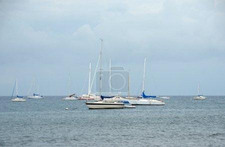 Photo pour Voiliers stationnaires près de la côte de Maui, Hawaï - image libre de droit