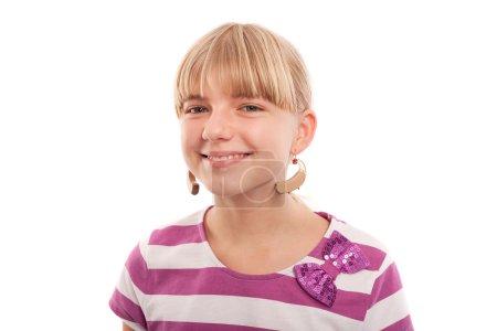 Photo pour Fille de plaisanter avec les prothèses auditives en les utilisant comme boucles d'oreilles. isolé sur blanc. - image libre de droit