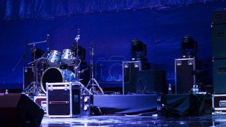 Photo pour Atmsopheric fond avec un ensemble de tambours et haut-parleurs mis en place sur une scène en lumière bleue prêt pour un groupe pour donner une performance - image libre de droit
