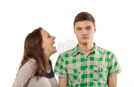 Photo pour Mujer joven riéndose de su propia broma como novio está parado mirando impresionada y unamused con un rostro pétreo, aislado en blanco - image libre de droit