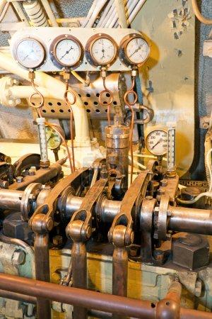 Photo pour Une photo de plusieurs indicateurs pour mesurer la pression d'un moteur. La photo est prise à l'intérieur d'un vieux sous-marin appelé Lembit construit juste avant la Seconde Guerre mondiale . - image libre de droit