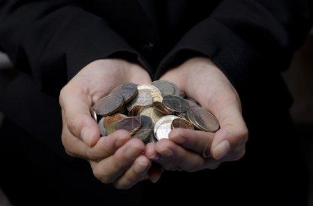 Photo pour Mains avec des pièces d'argent pour le don - image libre de droit