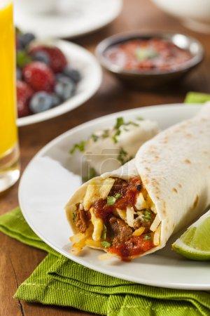 Photo pour Burrito copieux petit déjeuner chorizo aux oeufs, au fromage et aux courgettes - image libre de droit