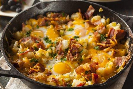 Photo pour Petit déjeuner maison poêle copieux avec des oeufs pommes de terre et bacon - image libre de droit