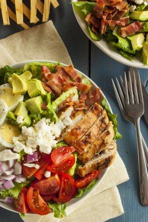 Photo pour Salade de Cobb copieux sain avec des oignons de tomates au bacon de poulet et des œufs - image libre de droit