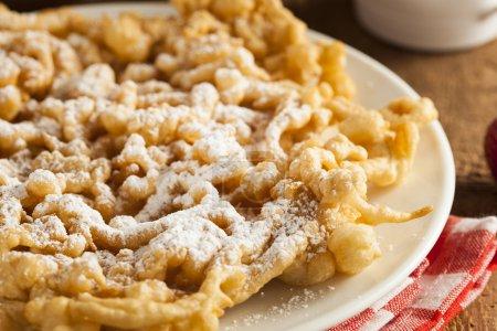 Photo pour Gâteau d'entonnoir fait maison avec du sucre en poudre à la foire - image libre de droit