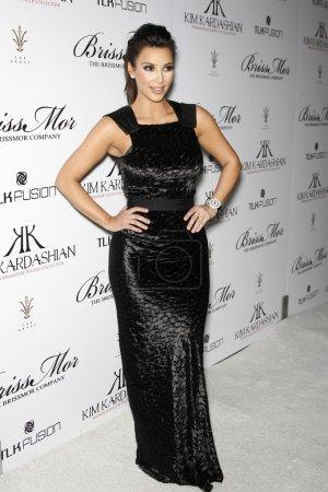 Foto de Los Ángeles - Dic 7: kim kardashian llega en el lanzamiento de kim kardashian de su colección de relojes de la firma con la empresa brissmor en el salón de susurro - la arboleda en 07 de diciembre de 2010 en los angeles, ca - Imagen libre de derechos