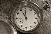 Ročník kapesní hodinky na zvětralé dřevo pozadí