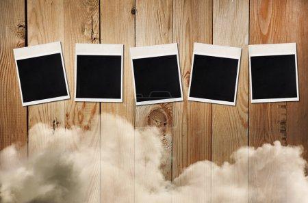 Photo pour Vieilles photos sur un fond en bois avec des nuages, espace libre pour mot de 5 lettres ou photo - image libre de droit
