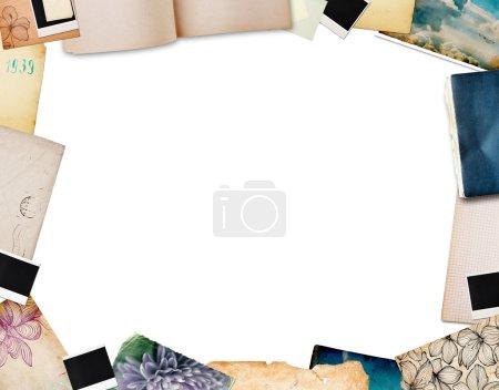 Photo pour Cadre en vieux papier, éléments vintage et photos instantanées - image libre de droit