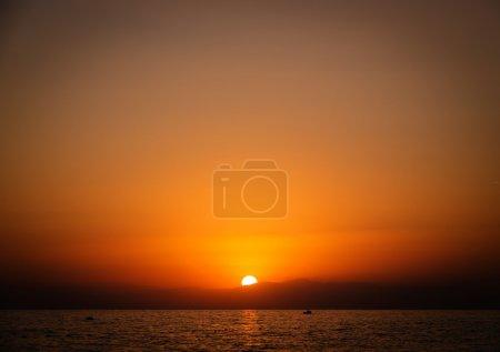 Photo pour Magnifique coucher de soleil sur la mer - image libre de droit