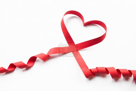 ruban coeur rouge sur fond blanc