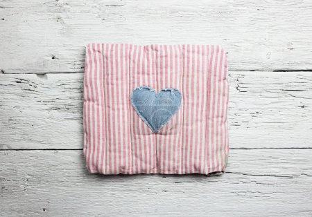 Photo pour Coeur d'amour sur fond bois vintage - image libre de droit