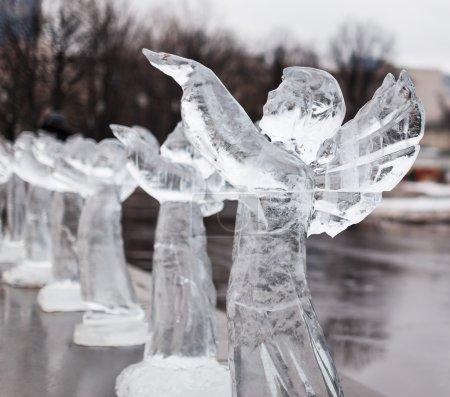 Photo pour Sculpture glacée d'ange congelé dans la ville d'hiver - image libre de droit