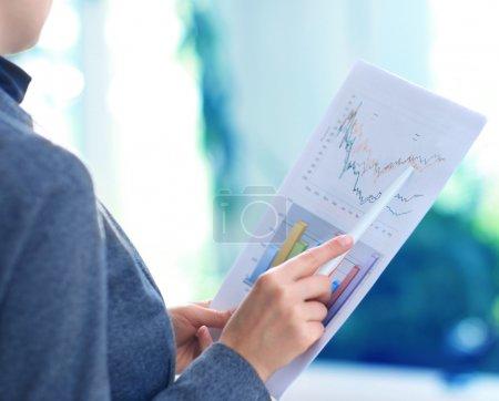 Photo pour Suivi des graphiques boursiers - image libre de droit
