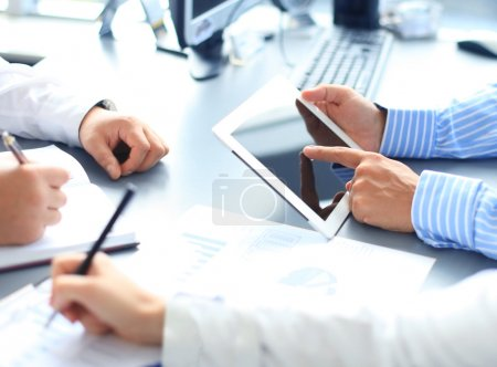Photo pour Conseiller affaires, analyse financières chiffres indiquant l'avancement des travaux de la société - image libre de droit
