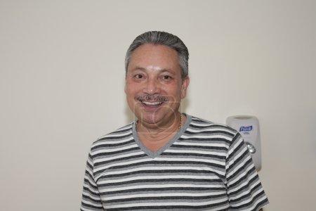 Photo pour Bronx, ny - 24 juin : eddie montalvo lors de visite à cuatro légendaire joueur yomo toro alors qu'il était à l'hôpital. santé d'Yomo ne parvenait pas à l'époque et était gravement malade. Yomo était membre de la fania all stars et a eu un long et prospère - image libre de droit