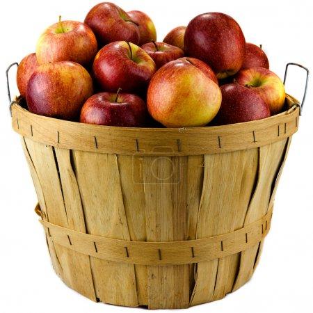 Photo pour Pommes assises dans un panier en bois isolé sur fond blanc . - image libre de droit