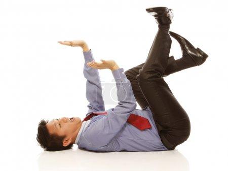 Photo pour Un homme en chemise et cravate agissant peur d'être écrasé (sur fond blanc ) - image libre de droit