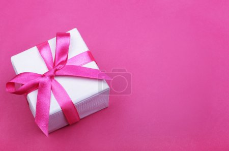 Photo pour Coffret cadeau avec ruban rose sur fond rose - image libre de droit