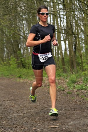 Jolanda Nell running the wooded part of the course