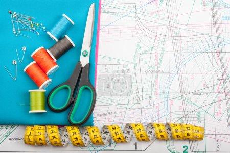 Photo pour Concept de couture coloré avec différents types d'outils de couture - image libre de droit