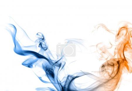 blauer und orangefarbener Rauch auf weißem Hintergrund.