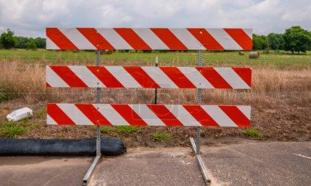 Foto de Carretera bloqueada signo de pie al borde de la carretera - Imagen libre de derechos