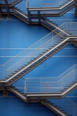 Photo pour Escaliers en fer Fond et mur - image libre de droit