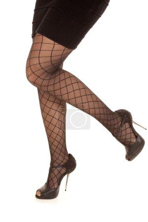Photo pour Une femme marchant dans sa jupe noire et ses talons . - image libre de droit