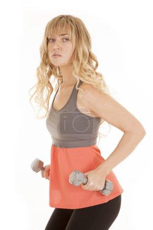 Photo pour Une femme avec une expression sérieuse sur son visage avec ses poids sur le côté . - image libre de droit