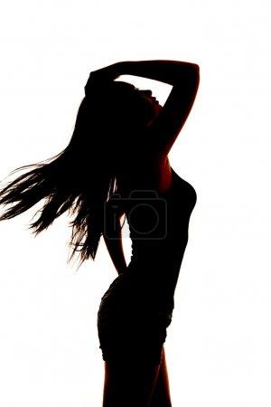 Photo pour Une silhouette de femme penchée en arrière avec le vent soufflant ses cheveux . - image libre de droit