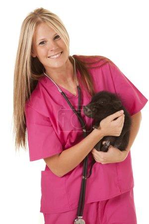 Photo pour Une femme vétérinaire tenant à son patient avec un sourire sur son visage . - image libre de droit
