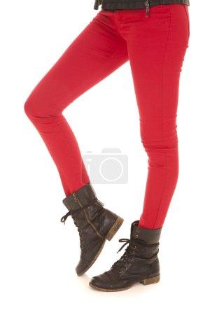 Photo pour Une femme en rouge pantalons bottes porter. - image libre de droit