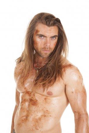 Foto de Un hombre sin una camisa con lodo y tierra en todo el cuerpo. - Imagen libre de derechos