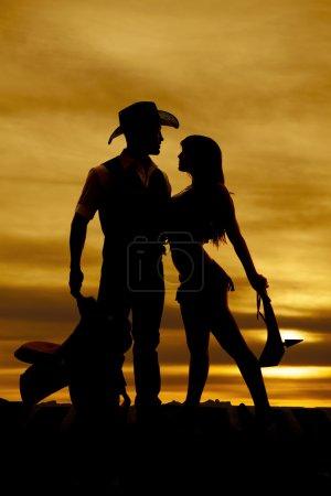 Photo pour Une silhouette d'un cow-boy et un Indien devant un coucher de soleil. - image libre de droit