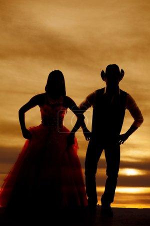 Photo pour Une silhouette de femme et de cow-boy côte à côte . - image libre de droit