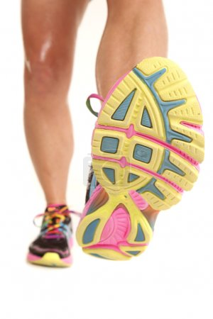 Photo pour Jambes d'une femme en chaussures de sport à pied vers l'avant. - image libre de droit