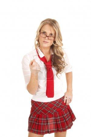 Photo pour Une femme habillée en écolière en jupe rouge . - image libre de droit