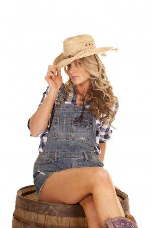 Foto de Una vaquera con su sombrero occidental en sus pantaloncillos cortos. - Imagen libre de derechos