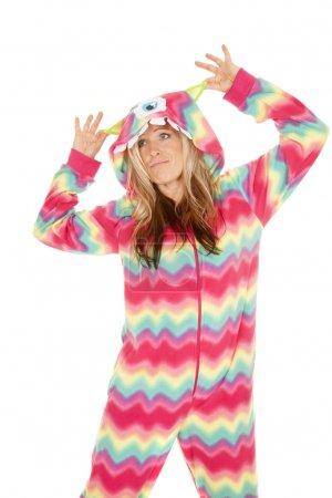 Photo pour Une femme dans son pyjama de monstre de jouer. - image libre de droit