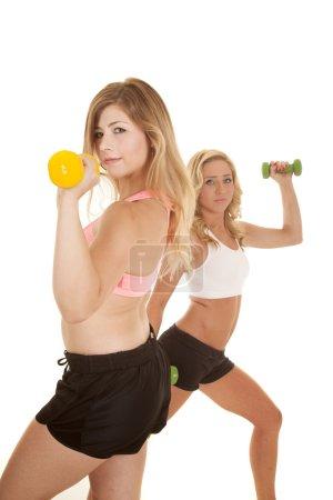 Foto de Dos mujeres en su ropa de gimnasio funcionando. - Imagen libre de derechos