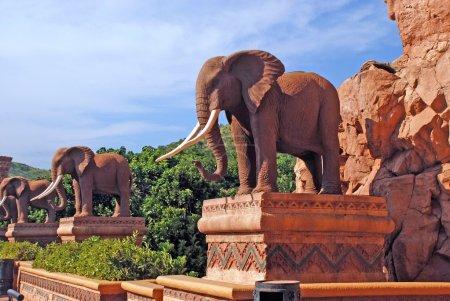 Photo pour Statue d'éléphants sur le pont du temps à Lost City (Sun City, Afrique du Sud) ) - image libre de droit