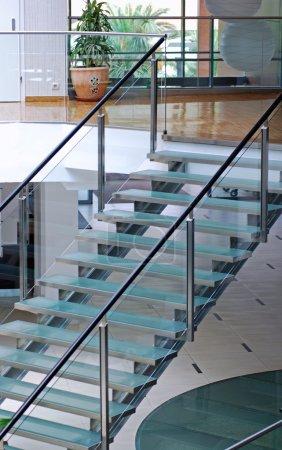 Photo pour Escalier de verre moderne au foyer de l'hôtel contemporain - image libre de droit