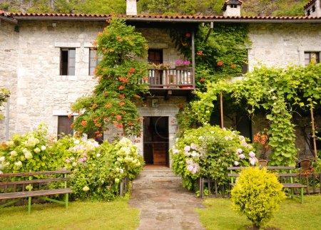 Colorida casa rural antigua con hermoso jardín