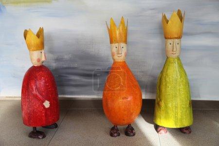 Photo pour Jouets Figurines colorées des trois rois (rois mages) - image libre de droit